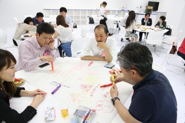 ラボで開催されるワークショップでは、地方創生に取り組む起業家や学生が活発な議論を戦わせている